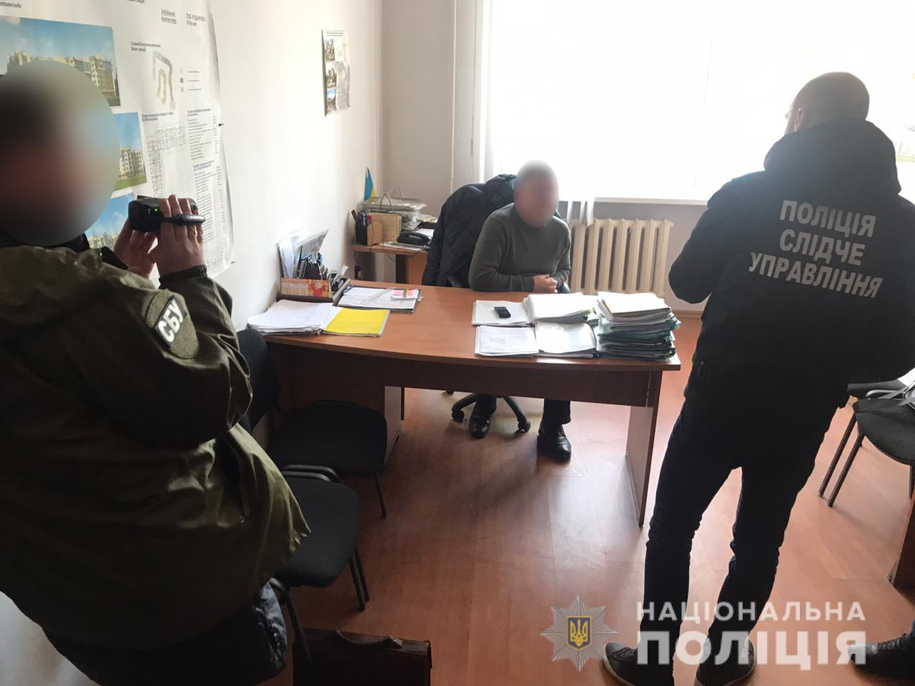 Результат пошуку зображень за запитом На Буковині на хабарі в 1,5 тис. доларів затримали головного архітектора РДА
