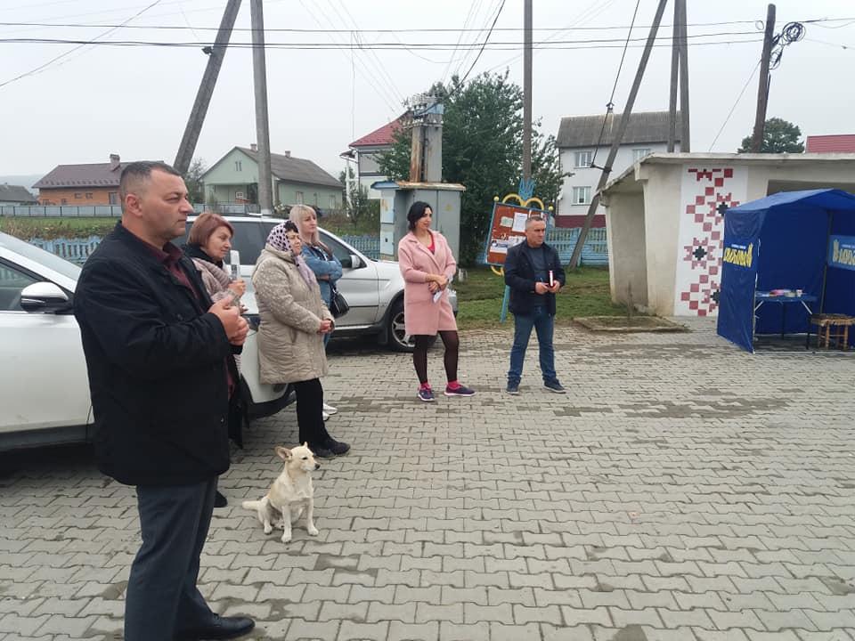 Собачка і Свободівські кандидати в депутати 10 жовтня в суботу провели зустріч з виборцями в центрі Чорнівки, яка вже є частиною Чернівців.