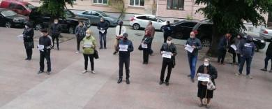 """Обурені жителі Дорошівців пікетували облдержадміністрацію через """"перспективний план"""" (ОНОВЛЕНО+ВІДЕО)"""
