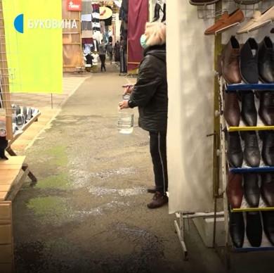 """На """"Калинівському"""" ринку, який запрацював після двох місяців карантину, майже немає покупців (ВІДЕО)"""