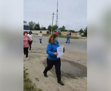 На Сокирянщині люди знову перекрили дорогу: вимагають переглянути план ОТГ (ВІДЕО)