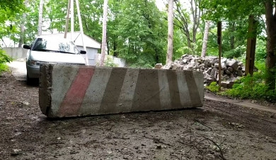 Доступ до Дністра у селі Ломачинці на Сокирянщині перекрили бетонним блоком та шлагбаумом (ВІДЕО)