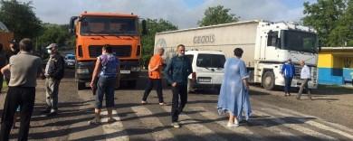 У селі на Буковині перекривають автошлях: не пропускають вантажівки