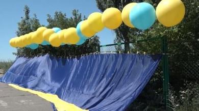 До Дня Конституції волонтери та військовослужбовці запустили 15-метровий прапор України в бік окупованого Донецька (ВIДЕО)