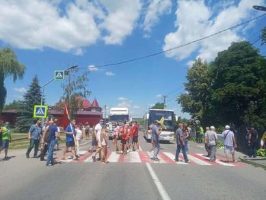 Жителі Хотинщини біля Атак перекрили національну трасу: не хочуть, щоб Кельменці стали районним центром нового округу (ФОТО)