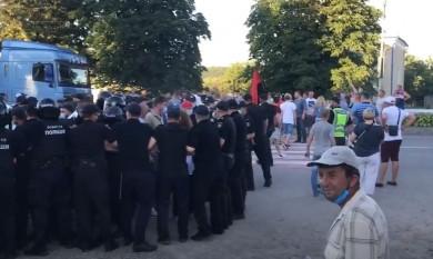 Поліція відтіснила учасників перекриття траси у Хотині: на акції почалась бійка (ВІДЕО)