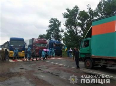 Протест проти Кельменців триває: поліція попереджає водіїв про перекриття руху через село Данківці на Хотинщині