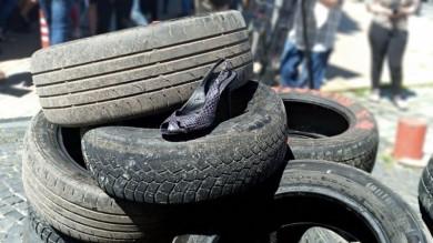 """У центрі Чернівці молодь проводить акцію """"Я вимагаю доріг"""". Продан вийшов послухати про себе від протестувальників? (ФОТО)"""