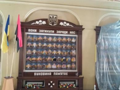 За ініціативи свободівців у вестибюлі ОДА ремонтують стелю біля стендів Героям-землякам московсько-української війни
