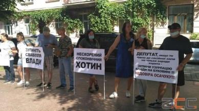 Під Чернівецькою ОДА група людей вимагає відставки Осачука: триває сесія обласної ради (НАЖИВО)