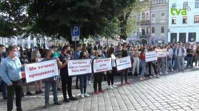 """У Чернівцях під Ратушею протестували через карантинні обмеження. Сесія міськради дозволила роботу шкіл, дитсадків, ринків та ТРЦ """"в червоній зоні"""" (ФОТО+ВІДЕО)"""