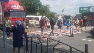 Жителі Кіцманщини блокують дорогу: вимагають зняти обмеження «червоної» зони