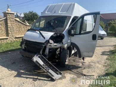 У Чернівцях під час руху мікроавтобуса біля мотора вибухнув невідомий пристрій: поліція веде розслідування