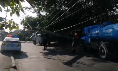 У Чернівцях електроопора впала на дроти і повисла над дорогою (ФОТО)