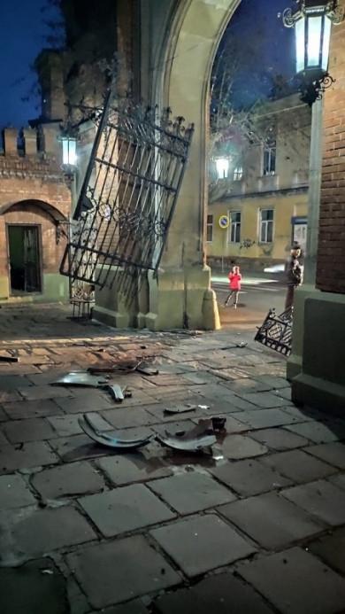 У Чернівцях якийсь д#біл протаранив ворота ЧНУ, пролетів по гальці та врізався в колону будівлі 5-го корпусу ЧНУ (ВІДЕО)