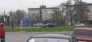 На кільці у Мамаївцях легковик збив електроопору (ФОТО)