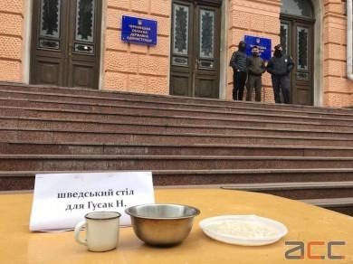 Лікарняне ліжко під Чернівецькою ОДА: пів сотні протестувальників зібралися для підтримки лікарки Ольги Кобевко (ФОТО)