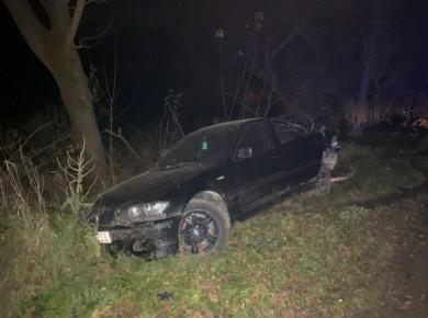 Водія викинуло на дорогу, де його переїхав автомобіль Ауді: вночі на Сторожинеччині трапилося страшне ДТП (ФОТО)