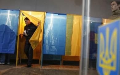 У 11 містах України сьогодні проходить другий тур виборів мерів. Чернівчани обиратимуть свого за тиждень
