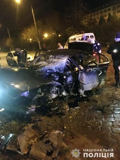 """Врізалися в стовб: у Чернівцях поліцейські розслідують обставини скоєння ДТП з потерпілими громадянами Болгарії біля готелю """"Буковина"""""""