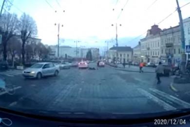 З'явилося відео, як поліцейські на авто збили жінку біля Ратуші (ВІДЕО)