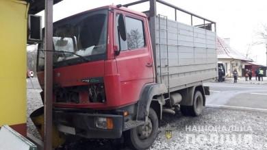 Біля села Рингач зіткнулися вантажівка та легковик, постраждала пасажирка (ФОТО)