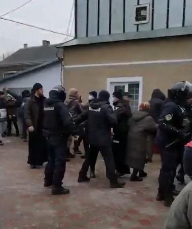 У Михальчі так посперечалися віряни, що побили вікна церкви. Поліція оточила храм (ВІДЕО)