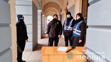 Поліція заявляє, що посилила заходи безпеки у середмісті Чернівців через повідомлення про замінування адмімінстративних будівель (ФОТО)