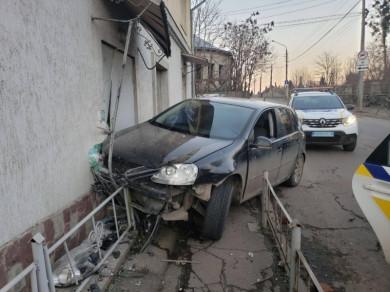 На вулиці Зеленій у Чернівцях водій напідпитку врзався у житловий будинок (фото)