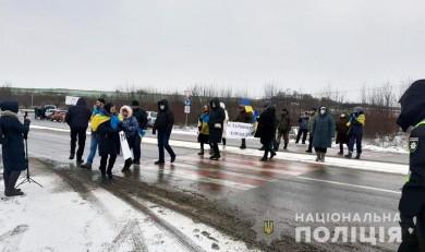 В Атаках знову перекрили дорогу. Поліція попереджає громадян про обмеження руху автотранспорту на кордоні з Хмельницькою областю