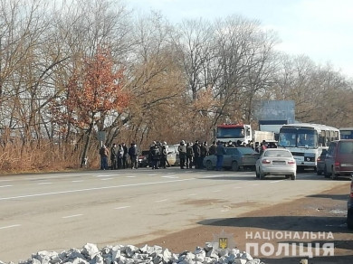 На Кіцманщині селяни, які незадоволені новими комунальними тарифами, знову перекрили автотрасу Н-10