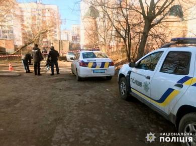 """Поліція шукає невідомих, які у Чернівцях побили двох людей. З""""явлося відео, як серед дворів вони тікають у балаклавах (відео)"""