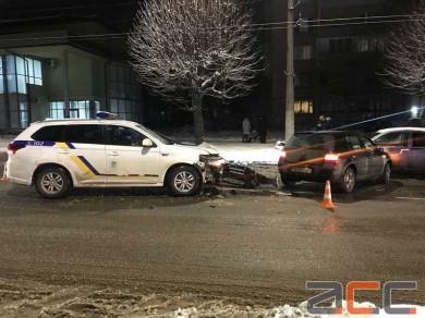 У Чернівцях на вулиці Комарова поліцейська машина врізалась у легковик