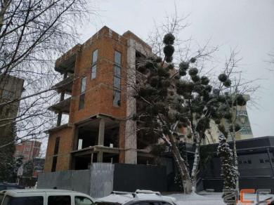 Суд у Чернівцях зобов'язав знести чотири поверхи будівлі біля готелю «Турист» (ФОТО)