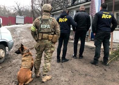 Буковинські правоохоронці схопили банду, яка збувала в регіоні наркотики й зброю (ФОТО)