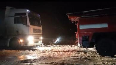 На Буковині рятувальники надали допомогу водіям у буксируванні вантажівок (ФОТО)