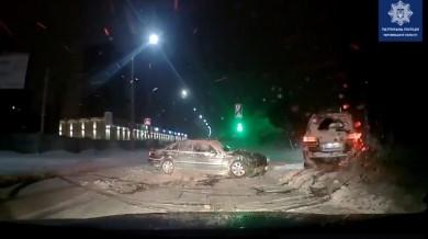 Уночі п'яний водій на Lexus утікав від поліції та протаранив легковик (ВІДЕО)