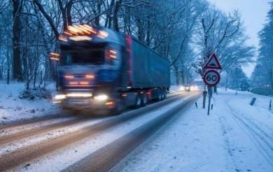 Сніг, мороз та ожеледь: буковинських водіїв просять утриматися від поїздок, особливо гірськими районами