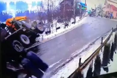 Моторошна ДТП у Путилі: через ожележицю перекинувся лісовоз (ВІДЕО)