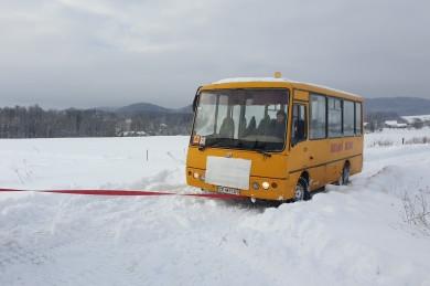 На Вижниччині рятувальники визволили зі снігового полону шкільний автобус, в якому перебувало 10 дітей (ФОТО)