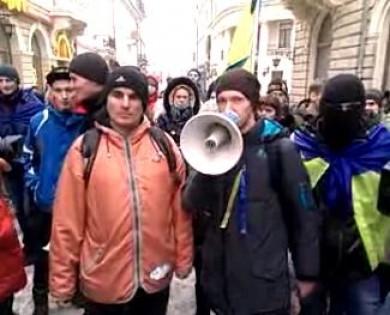 """Михайлішин в розшуку. Чернівецький """"Беркут"""" і міліція з народом. Позачергова сесія Ратуші зривається """"тушками"""" і ПР. Близько 2-3 тисяч протестувальників біля Ратуші"""