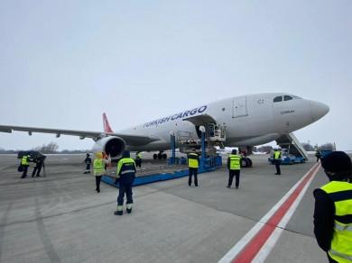До України з Індії прибув вантажній літак з вакциною