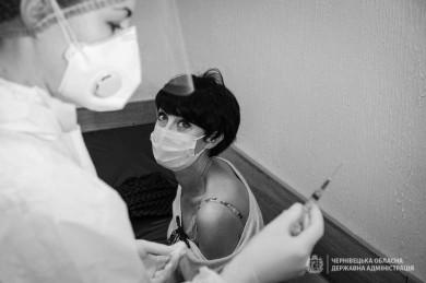 Відомі буковинські медики, які від початку епідемії борються із коронавірусом, першими зробили щеплення від COVID-19. Ольга Кобевко закликала це зробити керівникам міста і області