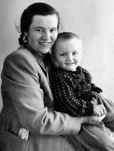 «Михайле, ви знаєте, що у вас народився син?!» Однокласниця Володимира Івасюка розповіла БукІнфо про юного музиканта, котрий народився й виріс у маленькому містечку Кіцмань та прославився на весь світ