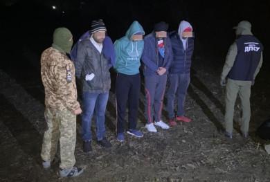 Поблизу кордону затримали буковинця, який намагався переправити чотирьох нелегалів до Румунії