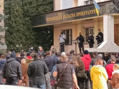«Припиніть політичні репресії на замовлення»: у Чернівцях під обласною прокуратурою й ОДА відбулися численні мітинги