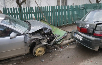 У Заставні водійка напідпитку протаранила два автомобілі та огорожу (ФОТО+ВІДЕО)