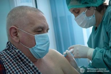 Стало відомо, коли на Буковині розпочнуть вакцинувати людей старшого віку