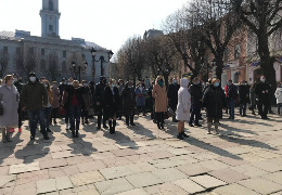 У центрі Чернівців активісти «Слуги народу» обурювалися партійним переворотом на Буковині (ФОТО)