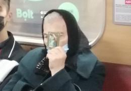 Ікона замість маски: як в метро бабуся захищалась від коронавірусу